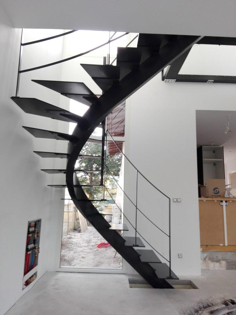 Escalier limon central marches métal